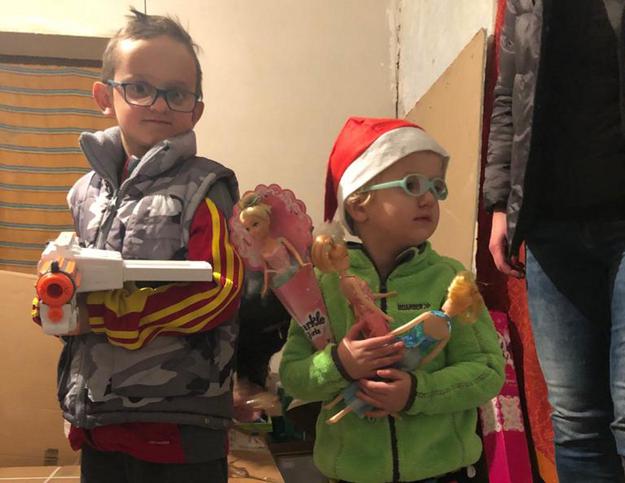 Policjanci z Woli i Bemowa przekazali szlachetną paczkę 3-letniej Zosi, 8-letniemu Wiktorowi i ich dzielnej mamie. /Policja