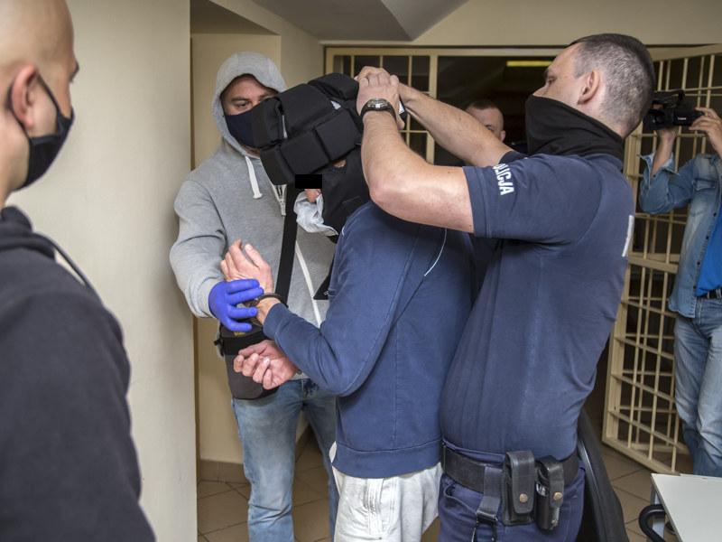 Policjanci z zatrzymanym mężczyzną /policja.waw.pl /