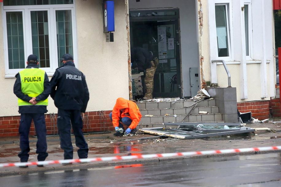 Policjanci zabezpieczają ślady na miejscu przestępstwa /Tomasz Wojtasik /PAP