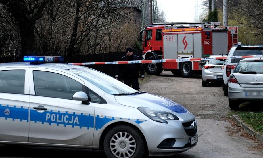 Policjanci zabezpieczają teren na miejscu tragedii / Andrzej Grygiel    /PAP