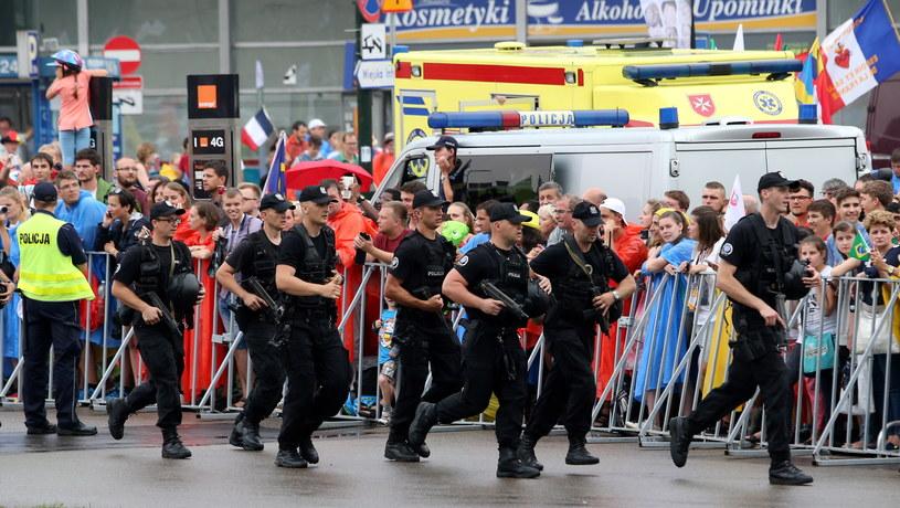 Policjanci zabezpieczają trasę przejazdu papieża Franciszka /Grzegorz Momot /PAP
