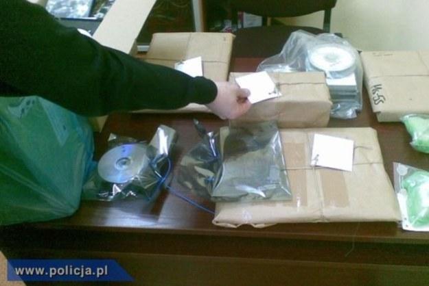 Policjanci zabezpieczyli sprzęt komputerowy i nielegalne oprogramowanie o wartości 65 tys. złotych /materiały prasowe