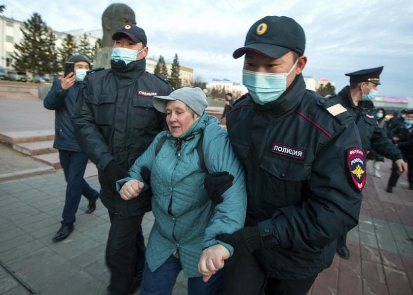 Policjanci zatrzymują kobietę w trakcie protestów w Ułan Ude, stolicy republiki autonomicznej Buriacji /AP/Associated Press/East News /East News