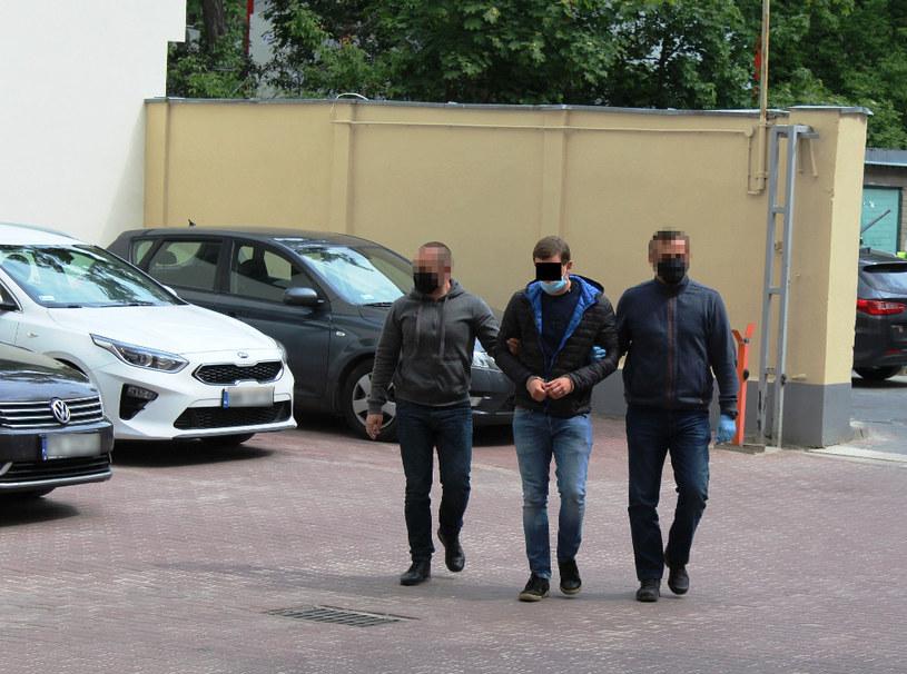 Policjanci ze Śródmieścia zatrzymali mężczyznę podejrzanego o podpalenie dwóch samochodów osobowych w centrum miasta /srodmiescie.policja.waw.pl /