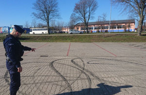 Policjanci ze Świebodzina odkryli ślady driftowania BMW na parkingu
