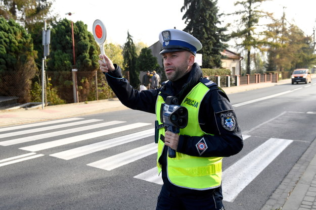 """Policjant biorący udział w akcji """"Znicz"""" /Darek Delamnowicz /PAP"""