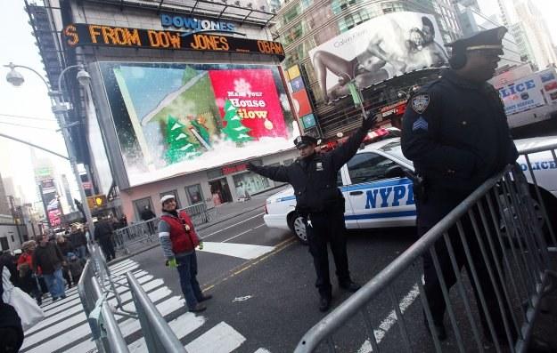 Policjant blokuje ruch na Times Square z powodu domniemanej bomby /AFP