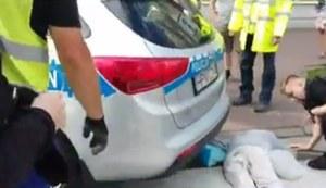 Policjant na przejściu potrącił staruszkę
