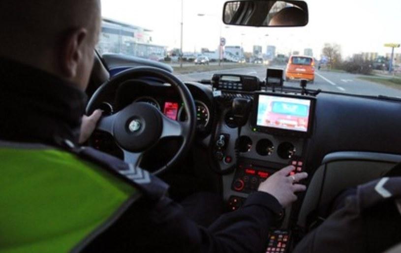 Policjant nagrywający kierowcę przekraczającego prędkość, sam łamie prawo /Paweł Skraba /Reporter