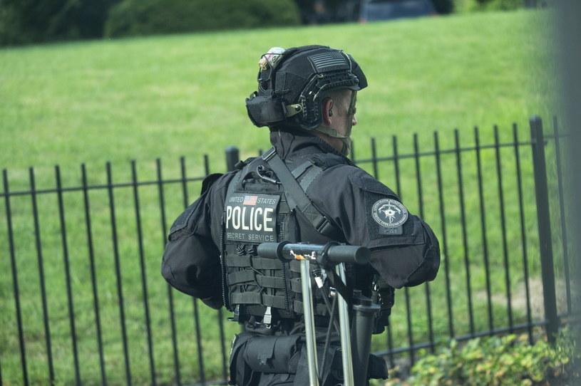 Policjant przed Białym Domem w czasie ewakuacji Donalda Trumpa / EPA/Stefani Reynolds /PAP/EPA