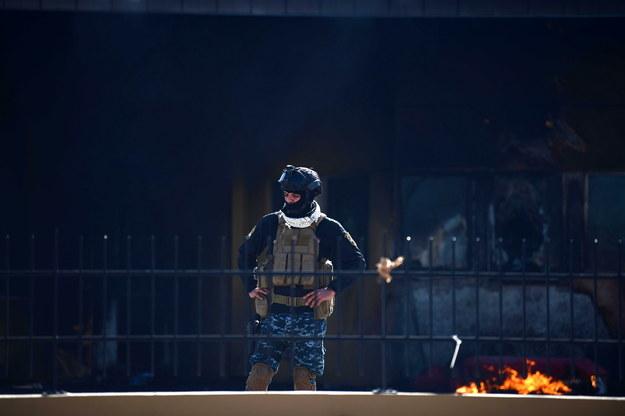 Policjant przed budynkiem ambasady USA w Bagdadzie /MURTAJA LATEEF /PAP/EPA