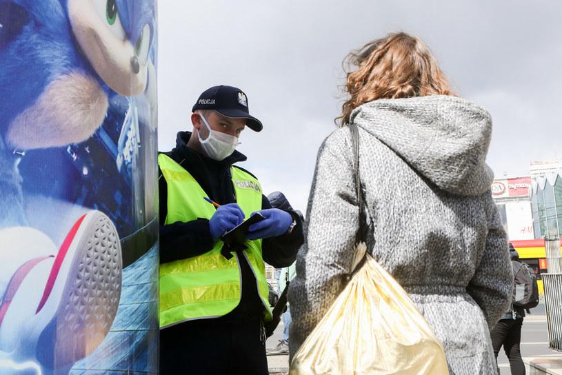 Policjant spotyka obywatela. Kiedy powinniśmy przyjąć mandat bez dyskusji? /Tomasz Jarzębowski /Reporter