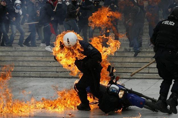 "Policjant trafiony ""mołotowem"" /AFP"
