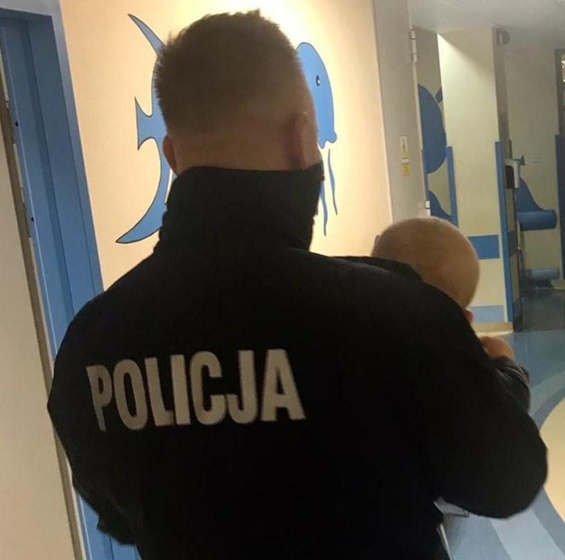 Policjant trzymający niemowlę w szpitalu / KRP VI – BIAŁOŁĘKA, PRAGA PÓŁNOC, TARGÓWEK /Policja