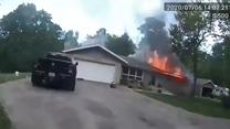 Policjant uratował psa z płonącego domu