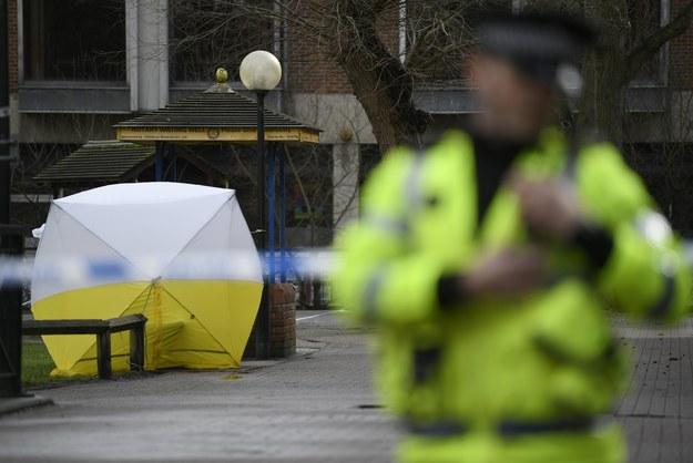 Policjant w pobliżu miejsca, w którym znaleziono nieprzytomnych Siergieja Skripala i jego córkę Julię /NEIL HALL /PAP/EPA