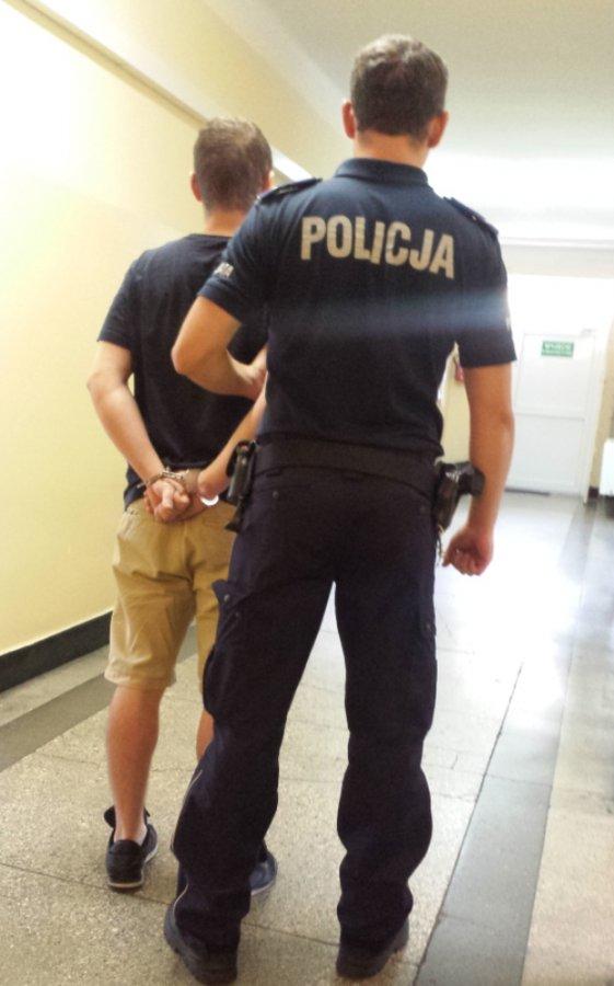Policjant wraz z jednym z zatrzymanych /policja.waw.pl /Policja