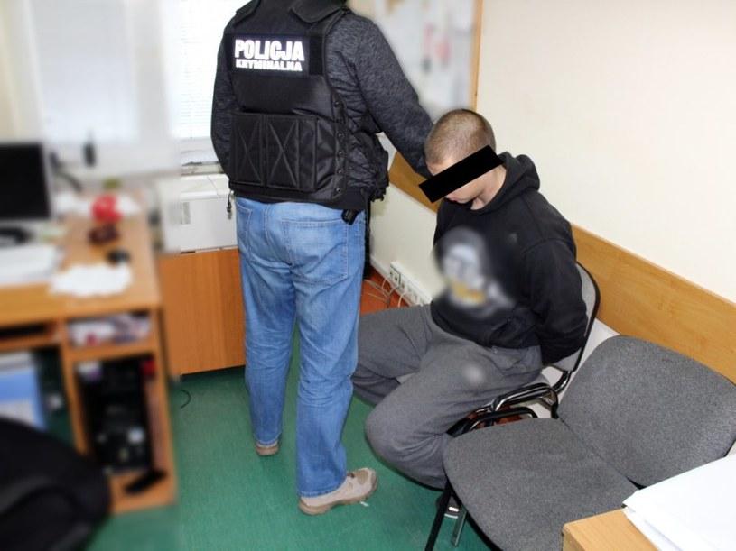 Policjant z zatrzymanym mężczyzną /Policja