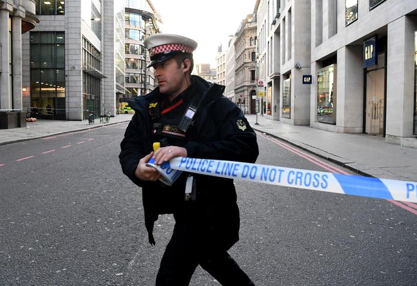 Policjant zabezpiecza ulicę w pobliżu miejsca zamachu terrorystycznego w Londynie. /FACUNDO ARRIZABALAGA /PAP/EPA