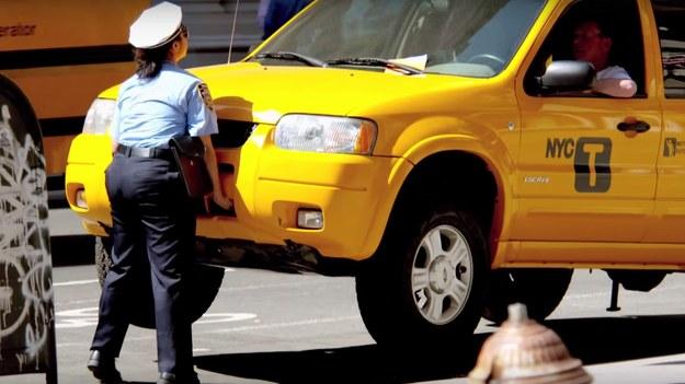 Policjanta podniosła samochód? Jak to możliwe? /