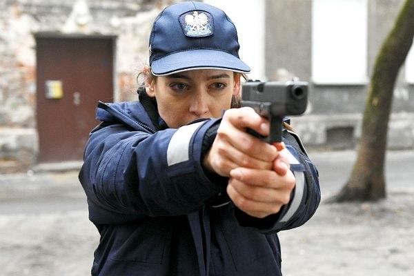 Policjantka Iza będzie miała problem z wymiarem sprawiedliwości. Czy straci pracę? /Andrzej Marchwiński /TVP