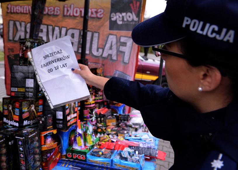 Policjantka podczas kontroli stoisk, na których sprzedawane są fajerwerki /Marcin Bielecki /PAP