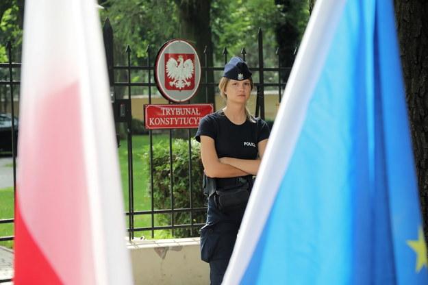 Policjantka przed Trybunałem Konstytucyjnym w Warszawie /Wojciech Olkuśnik /PAP/EPA
