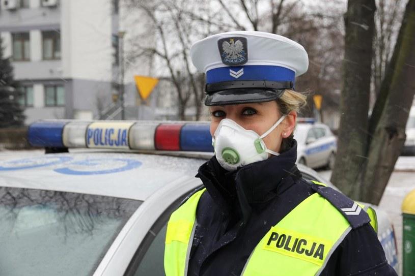 Policjantka w masce antysmogowej /Policja