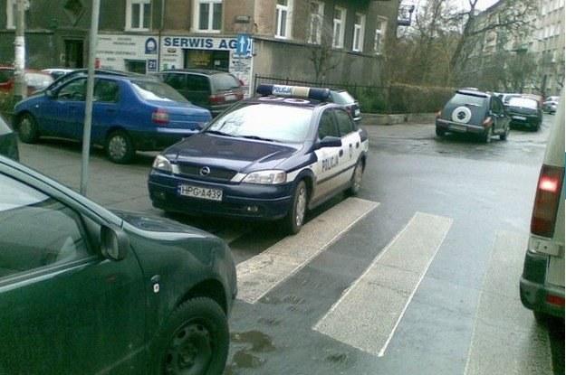 Policję również obowiązują przepisy /poboczem.pl