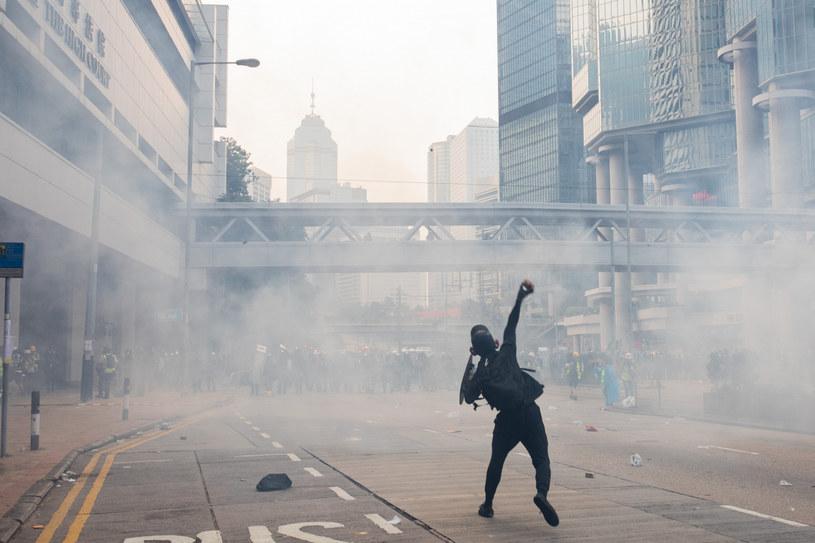 Policji w Hongkongu wielokrotnie zarzucano dokonywanie ataków na dziennikarzy i celowe utrudnianie im pracy /Todd Darling/Polaris Images /East News