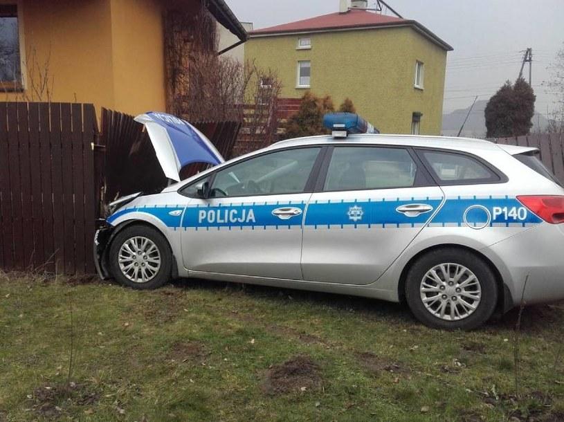 Policyjna Kia cee'd zniszczyła ogrodzenie stojącego przy drodze domu. /Fot. Straż Pożarna w Wodzisławiu Śląskim /