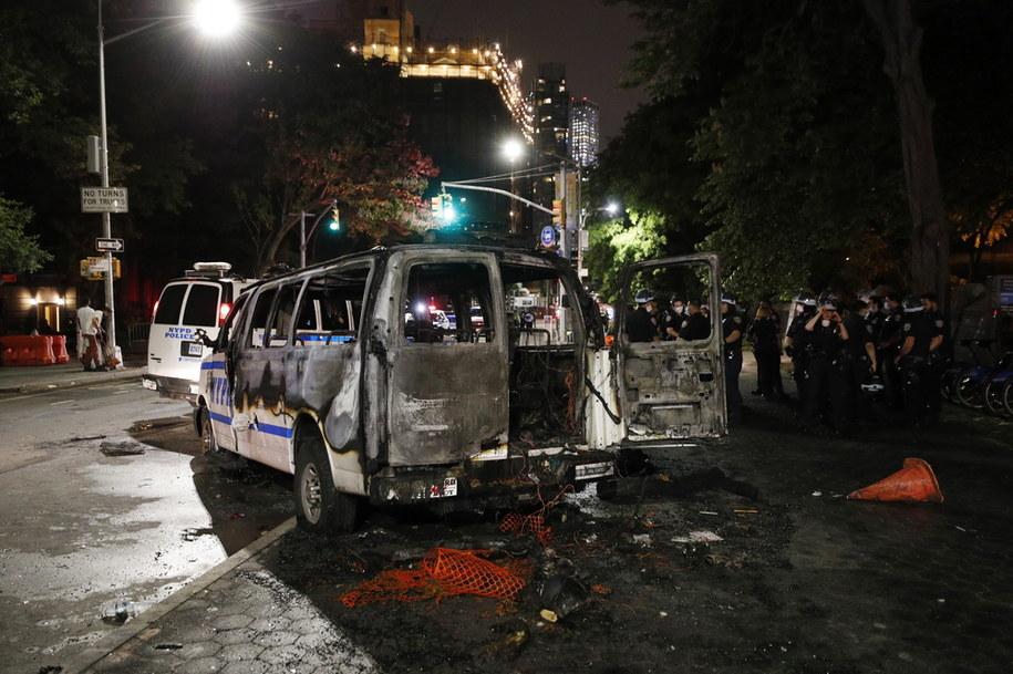 Policyjne auto podpalone w czasie protestu w Nowym Jorku /JUSTIN LANE /PAP/EPA