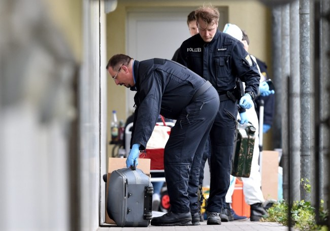 Policyjni eksperci wychodzą z mieszkania zatrzymanych /PAP/EPA/BORIS ROESSLER /PAP/EPA