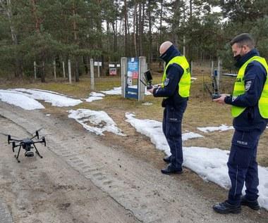 Policyjny dron w akcji. Kierowcy nagrani w środku lasu