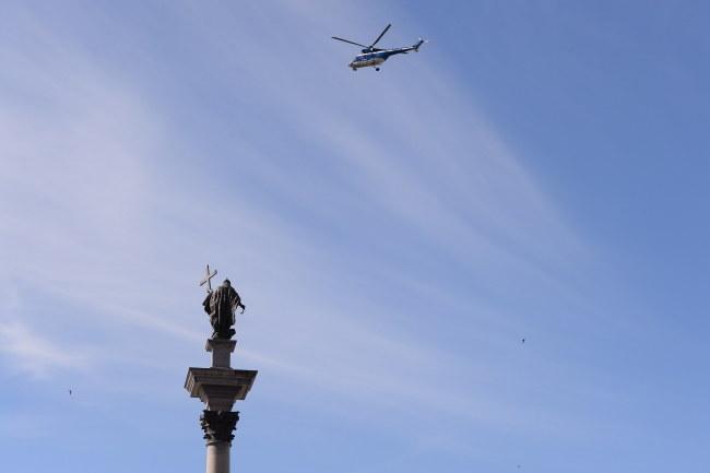 Policyjny helikopter nad placem Zamkowym w Warszawie /Marcin Kmieciński /PAP