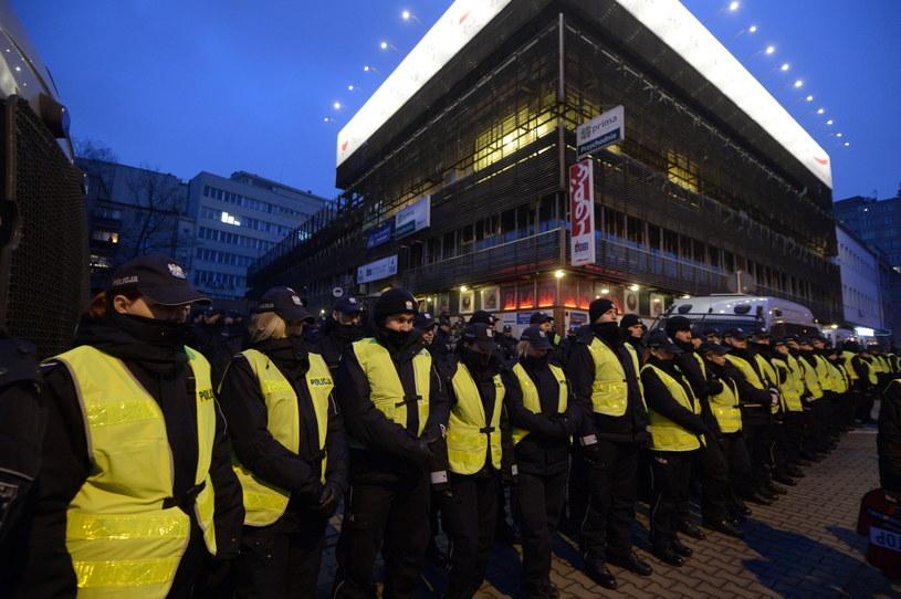 Policyjny kordon przed siedzibą Prawa i Sprawiedliwości przy ul. Nowogrodzkiej w Warszawie / Marcin Obara  /PAP