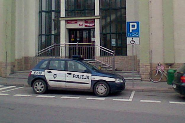 Policyjny radiowóz przed Urzędem  Gminnym w  Żabnie /poboczem.pl