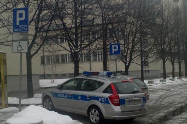 Policyjny radiowóz zaparkował na miejscu przeznaczonym dla inwalidów /INTERIA.PL