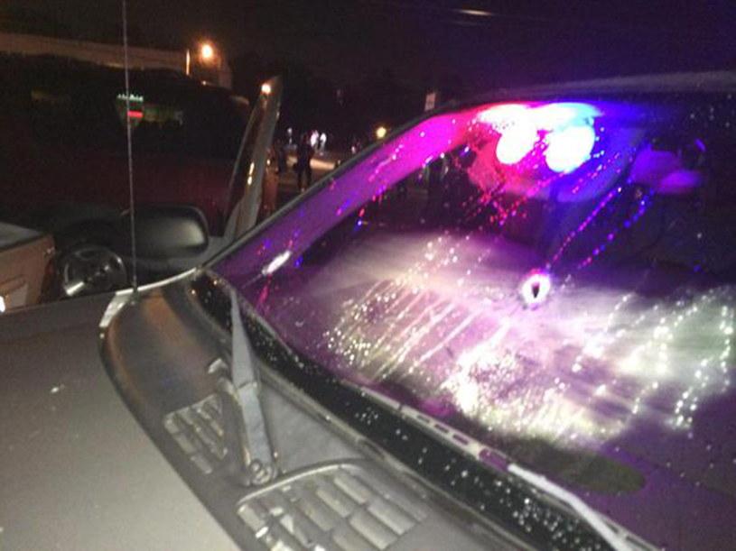 Policyjny samochód ze śladami po kulach /PAP/EPA