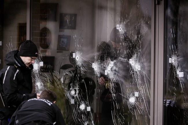 Policyjny technicy przed kawiarnią, gdzie doszło do strzelaniny /PAP/EPA/LISELOTTE SABROE /PAP/EPA