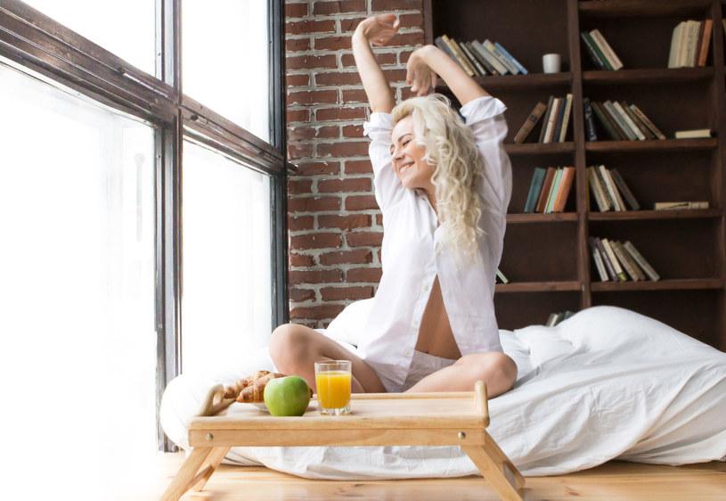 Policzono, że osoby otyłe śpią średnio ponad sześć godzin na dobę , a szczupłe godzinę dłużej /123RF/PICSEL