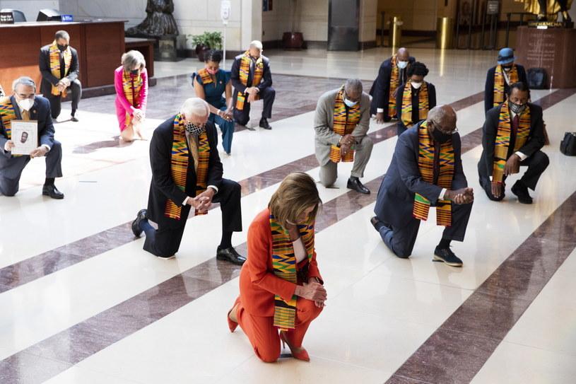 Polityce Partii Demokratycznej klęczą w trakcie minuty ciszy dla uczczenia pamięci George'a Floyda. Partia wraz z czarnoskórymi legislatorami przedstawiła projekt ustawy przeciw przemocy policji. /MICHAEL REYNOLDS    /PAP/EPA