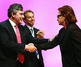 Politycy gratulują Bono - z lewej minister finansów Gordon Brown, w środku premier Tony Blair /AFP