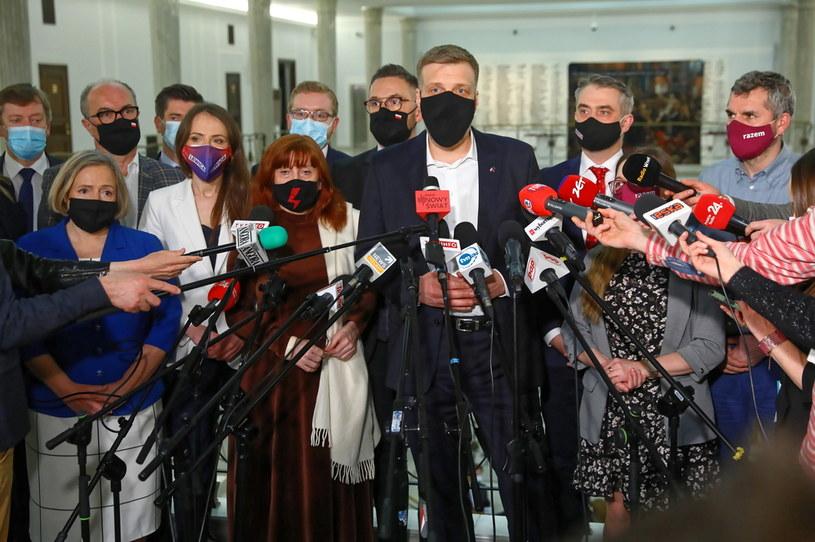 Politycy Lewicy na konferencji prasowej w Sejmie po głosowaniu nad ustawą wyrażającą zgodę na ratyfikację decyzji o zwiększeniu zasobów własnych UE /Rafał Guz /PAP