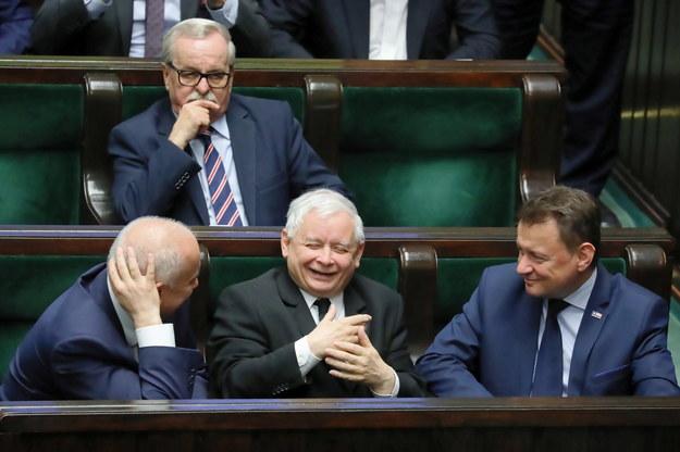 Politycy PiS - m.in. szef MSWiA Joachim Brudziński, Jarosław Kaczyński i minister obrony narodowej Mariusz Błaszczak - na sali obrad Sejmu / Tomasz Gzell    /PAP