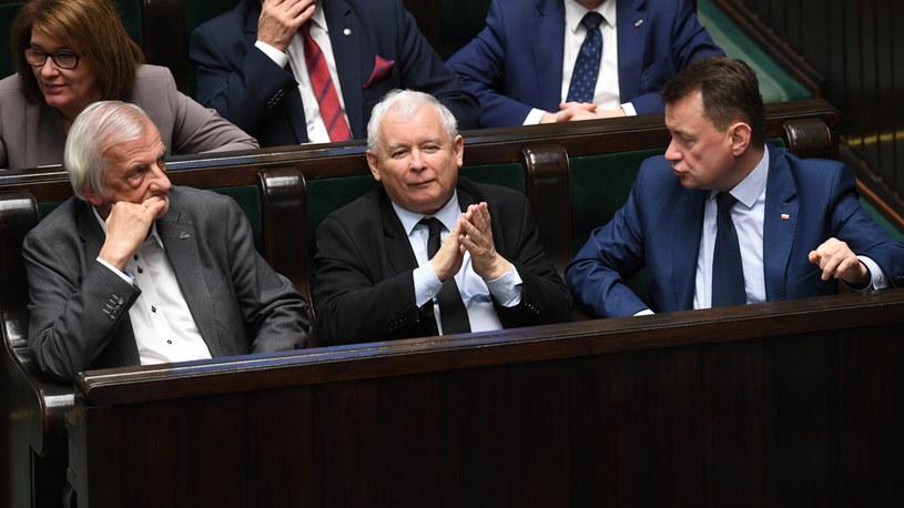 Politycy PiS, od lewej: wicemarszałek Sejmu Ryszard Terlecki, prezes Jarosław Kaczyński, minister obrony narodowej Mariusz Błaszczak /Radek Pietruszka /PAP