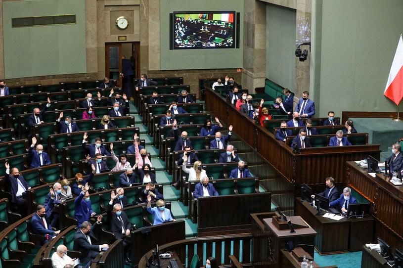 Politycy PiS podczas głosowania na sali obrad Sejmu w Warszawie /Rafał Guz /PAP