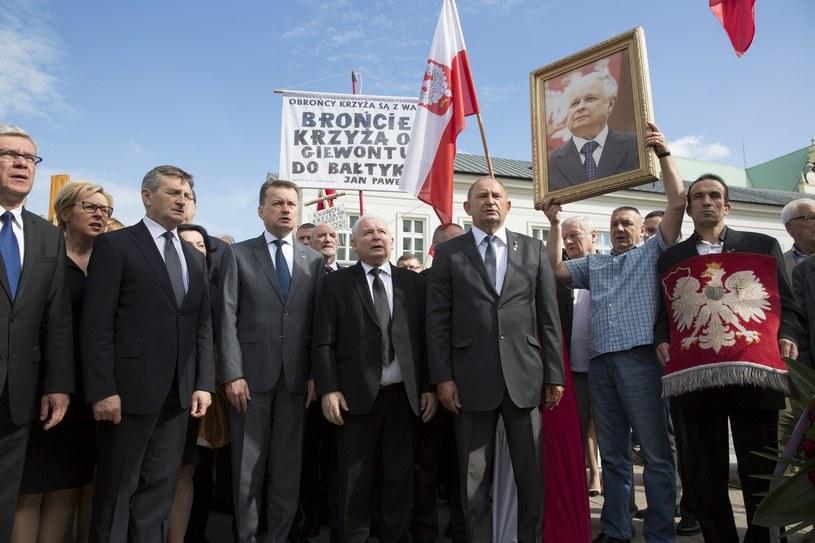 Politycy PiS przed Pałacem Prezydenckim 10 lipca /Andrzej Iwańczuk /Reporter