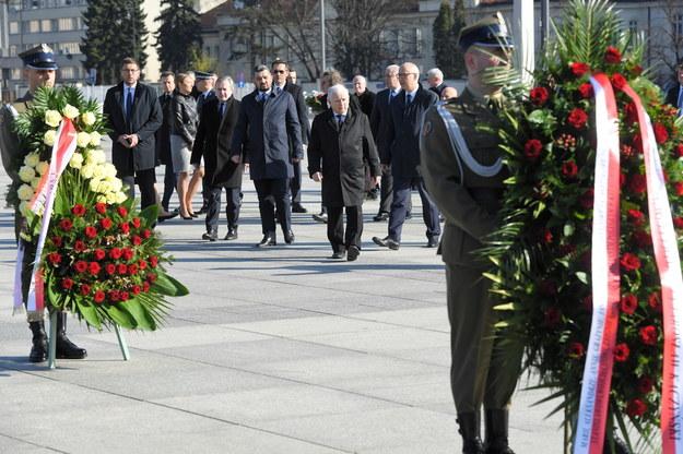 Politycy PiS z Jarosławem Kaczyńskim na stołecznym pl. Piłsudskiego 10 kwietnia 2020 / Radek Pietruszka   /PAP