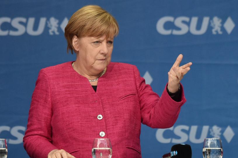 Politycy PO i PiS są przekonani o wygranej Angeli Merkel w wyborach /CHRISTOF STACHE /AFP